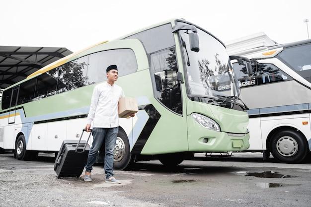 Мужчина-мусульманин путешествует на общественном автобусе во время пандемии в маске