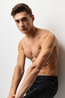 Мужской голый мужчина позирует модель привлекательный вид.