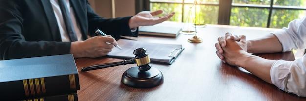 Нотариус-юрист или судья консультируют или обсуждают контрактные документы
