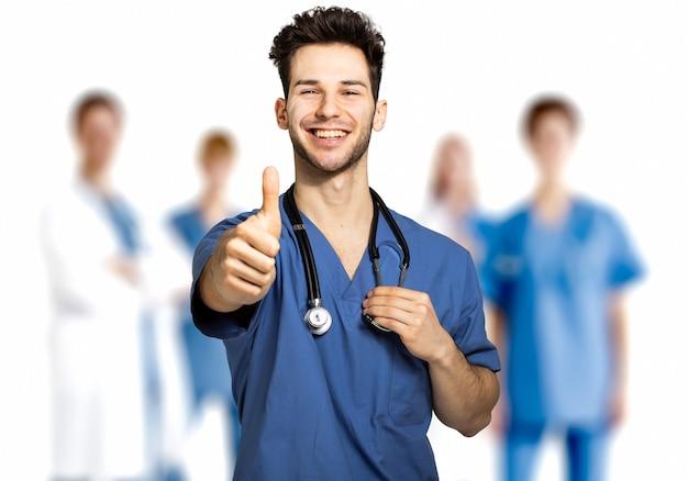 그의 팀 앞에서 엄지손가락을 포기 하는 흰색 절연 남성 간호사