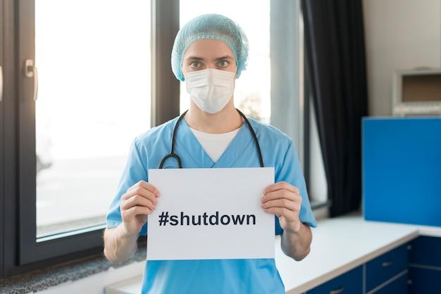 Мужской медсестра с сообщением остаться дома