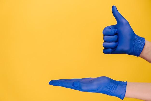 Мужчина открывает ладонь и делает жест вверх большим пальцем