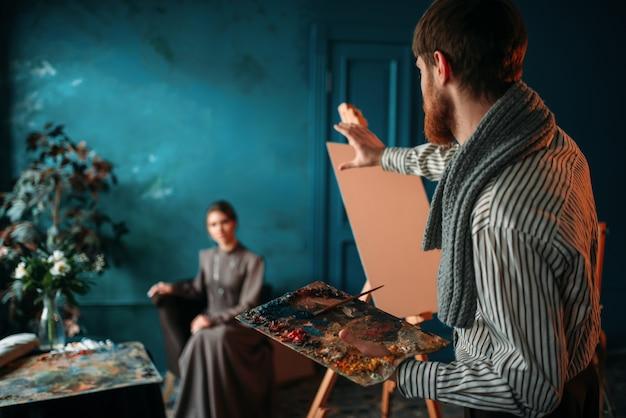 男性画家が梨花の肖像画を描く