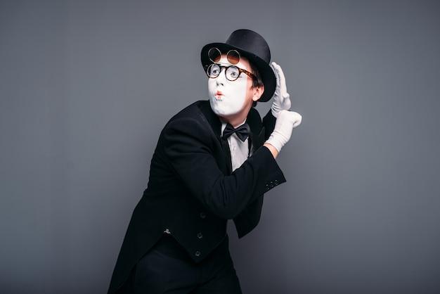 Актер мужской пантомимы весело выполняет