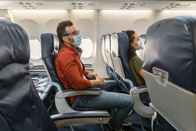 Пассажир мужского пола в очках отдыхает в кресле во время полета в самолете