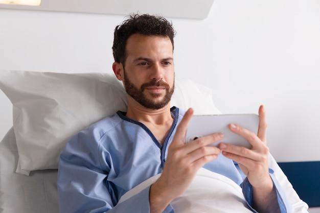 Paziente di sesso maschile a letto in ospedale