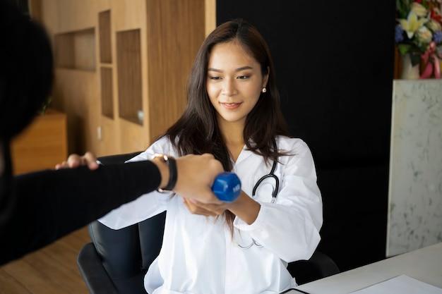 理学療法士と一緒に運動をしている男性患者。