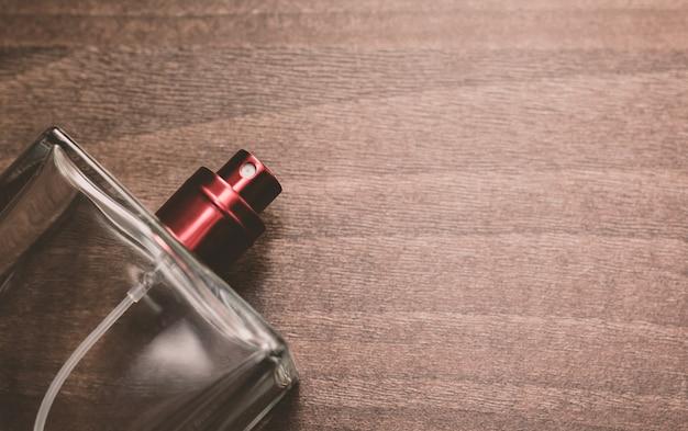 男性の香水瓶のクローズアップ