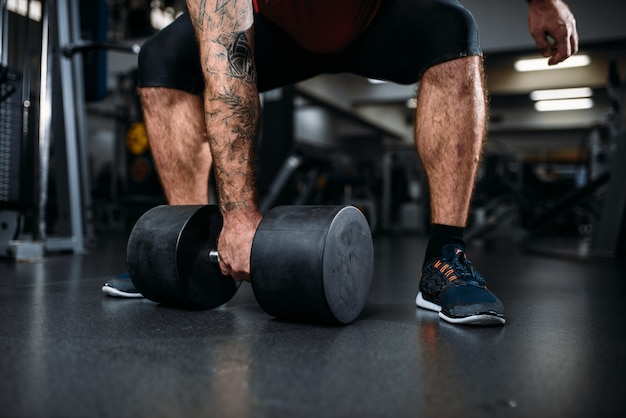 남성 사람 아령으로 운동을 하 고, 체육관에서 훈련.