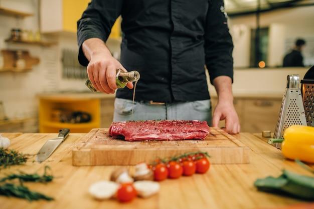 Мужчина руки приправы кусок сырого мяса