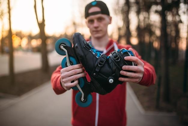 男性はローラースケート、都市公園を示しています。ローラースケートの男性ローラースケート選手