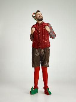 エルフの衣装を着た男性。