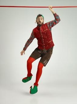 Persona di sesso maschile con un costume da elfo.