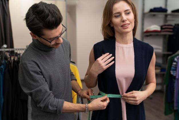 Мужской личный покупатель, помогающий клиенту