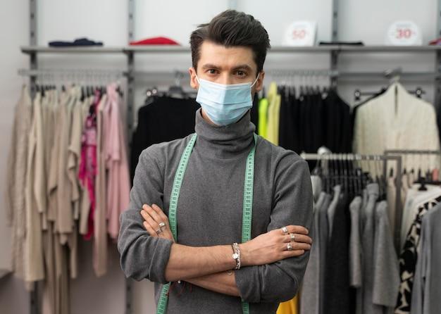 Personal shopper maschile con maschera funzionante