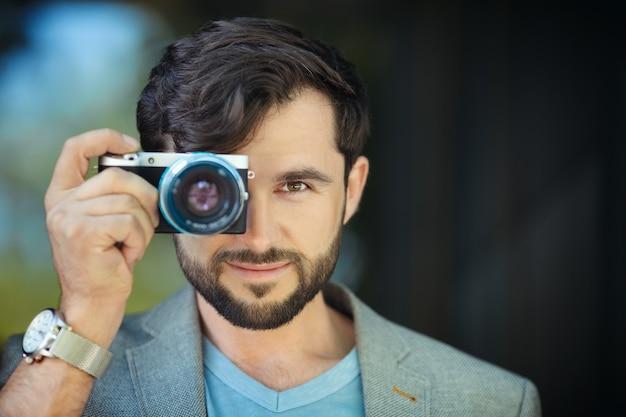 写真を撮る男性写真家