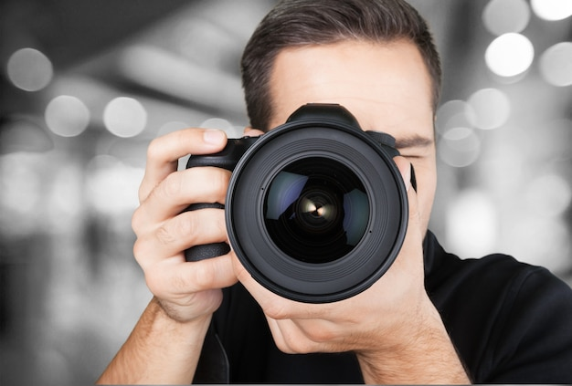배경에 카메라와 함께 남성 사진 작가