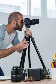 Мужской фотограф работает на стол