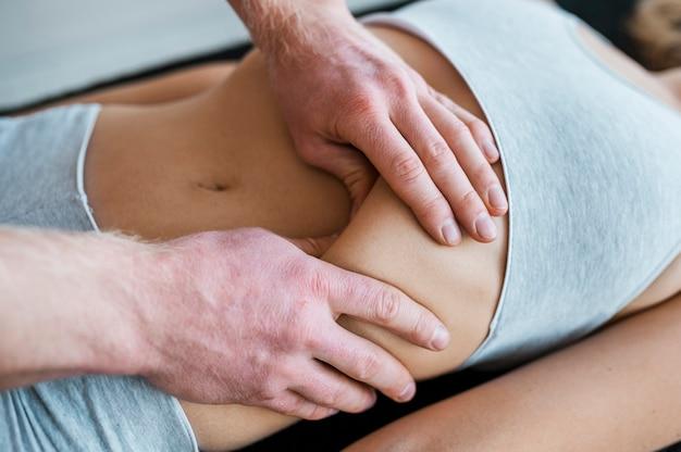 물리 치료 마사지 세션 동안 남성 의사와 여성 환자