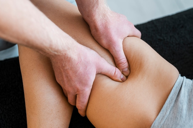물리 치료 마사지 세션 동안 남성 의사와 여자