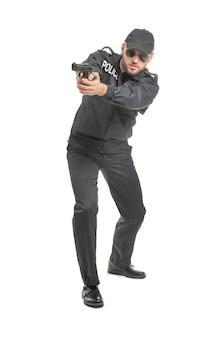 Офицер полиции мужского пола с пистолетом на белом фоне