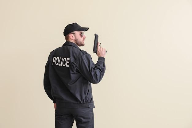 총을 가진 남성 경찰관