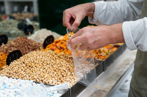 Мужчина-производитель в своем магазине с разными вкусностями