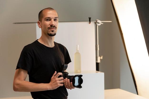 스튜디오에서 그의 일을하는 남성 제품 사진