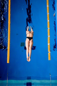 Мужской профессиональный пловец в бассейне.