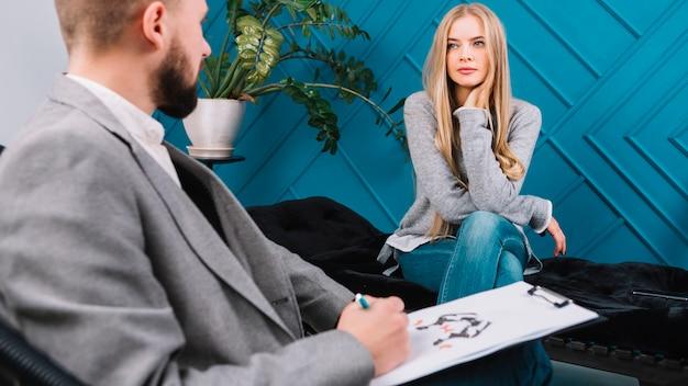 彼女の患者の男性心理学者診断インクブロットテストロールシャッハ
