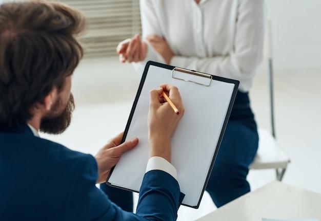 환자 커뮤니케이션 상담 지원을받는 남성 심리학자