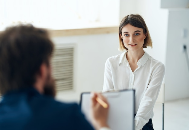 환자 전문 상담과 함께 일하는 남성 심리학자. 고품질 사진