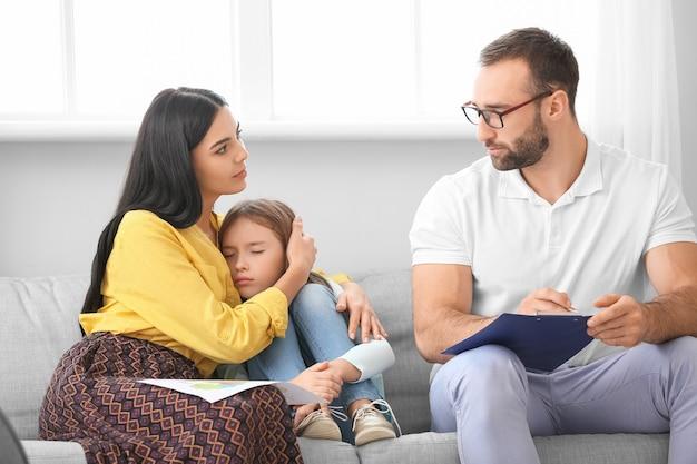 自宅で家族と一緒に働く男性の心理学者