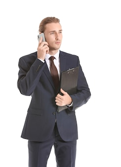 Агент по недвижимости мужского пола разговаривает по мобильному телефону на белом