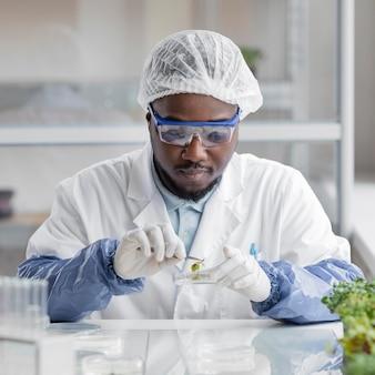 Ricercatore maschio nel laboratorio di biotecnologia con capsula di petri