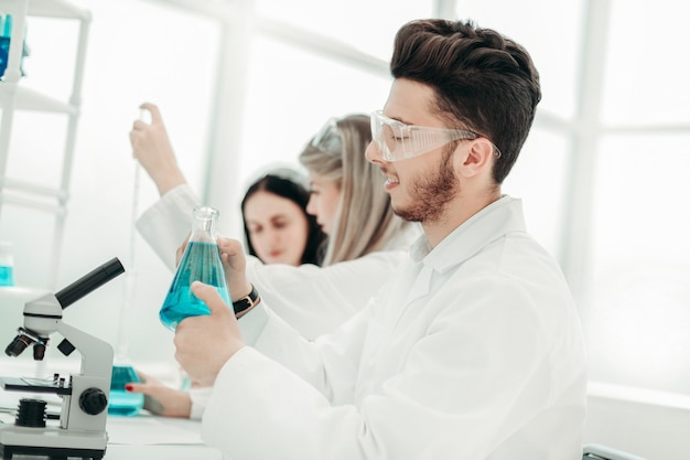 研究室で科学研究を行う男性研究者