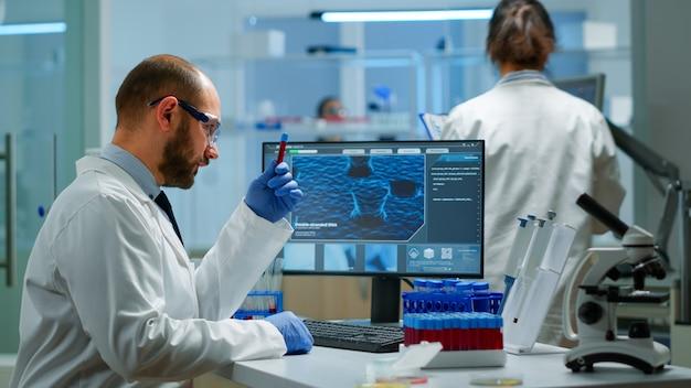실험실 연구에서 일하는 남성 연구원과 covid-19 바이러스에 대한 의료 건강 기술을 위한 코로나 질병 샘플 사례를 실험합니다. 백신 진화를 분석하는 전문 실험실의 viorolog