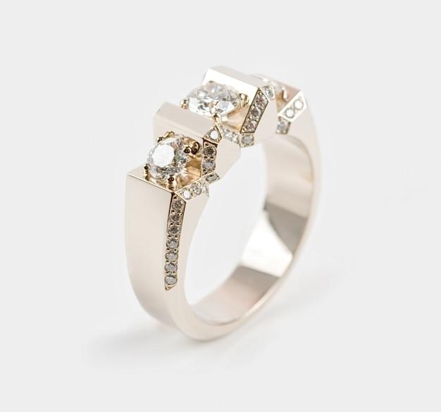 宝石と男性の金の指輪
