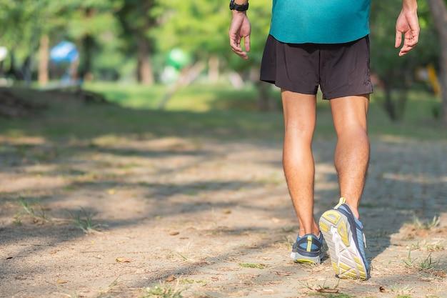 外の道でジョギングの男性ランナー
