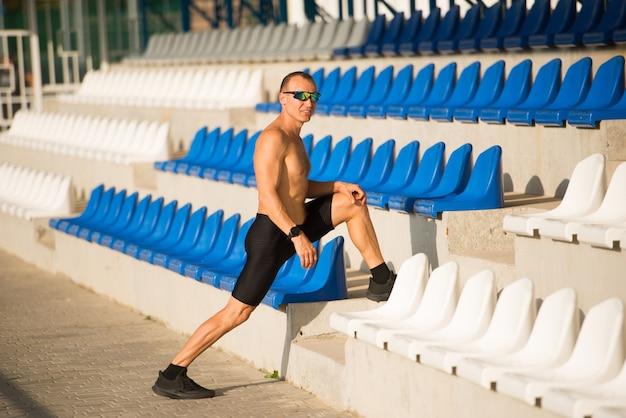 スタジアムで運動する男性ランナー