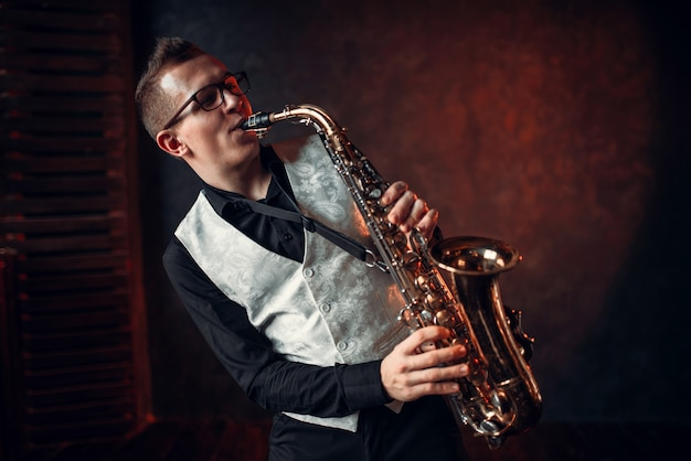 Мужской саксофонист играет классический джаз на саксофоне