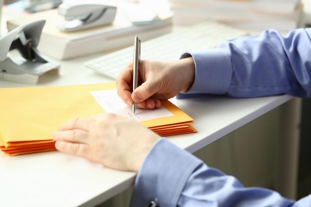 Мужской секретарь работает за партами в офисе