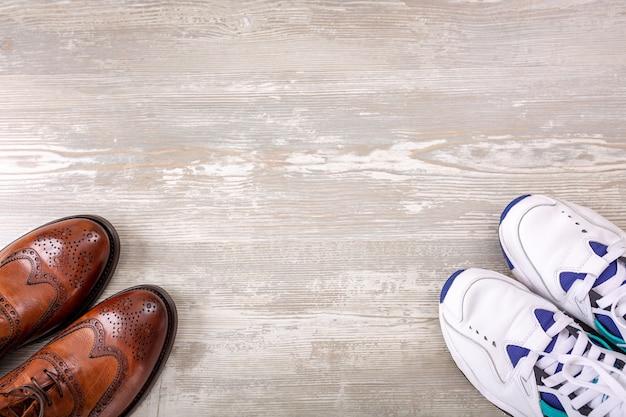 Коллекция мужской обуви на деревянных фоне. модная мужская кожаная обувь на плоской подошве.
