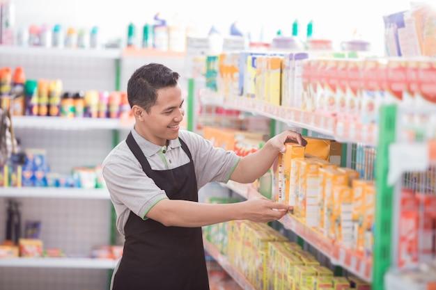 食料品店で働く男性の店主