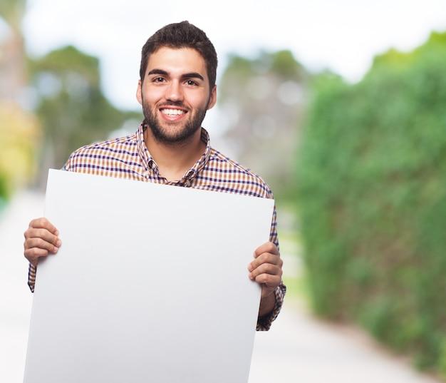 空の用紙を示す男性