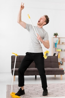 掃除しながらほうきで男性の歌