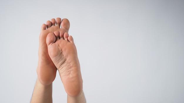 白い背景の上の足の男性の足の裏