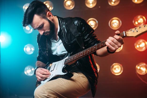 エレクトロギターと男性のソロミュージシャン