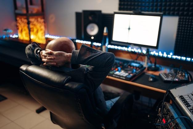 リモートコントロール、背面図で男性のサウンドエンジニア