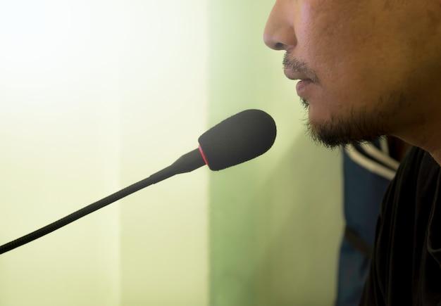 Мужской речь с микрофоном